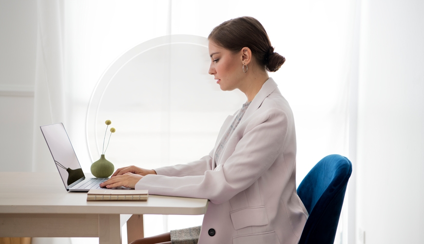 table-divider-with-woman-working-on-a-laptop_kl